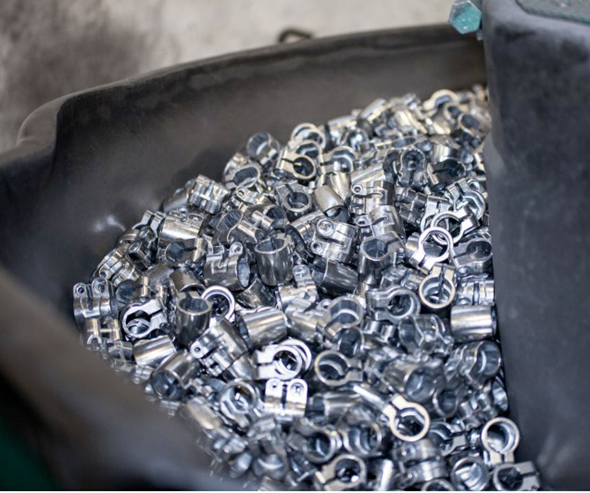 Burattatura e sabbiatura di un manufatto in alluminio